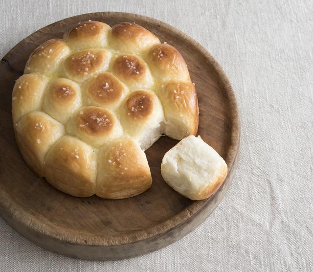 画像: みんなでちぎって楽しめるユニークな「ちぎりパン」(写真は塩バター)