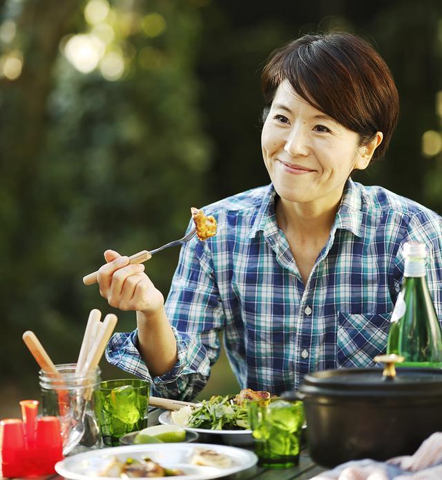 画像: ■ワタナベ マキ グラフィックデザイナーを経て料理家に。野菜たっぷりの体にやさしいごはんと、ナチュラルなライフスタイルが人気を集めている。年に5~6回は出かけるほどのキャンプ好きで、最近は真冬のキャンプにもデビュー。季節を問わず、アウトドアごはんを楽しんでいるそう。