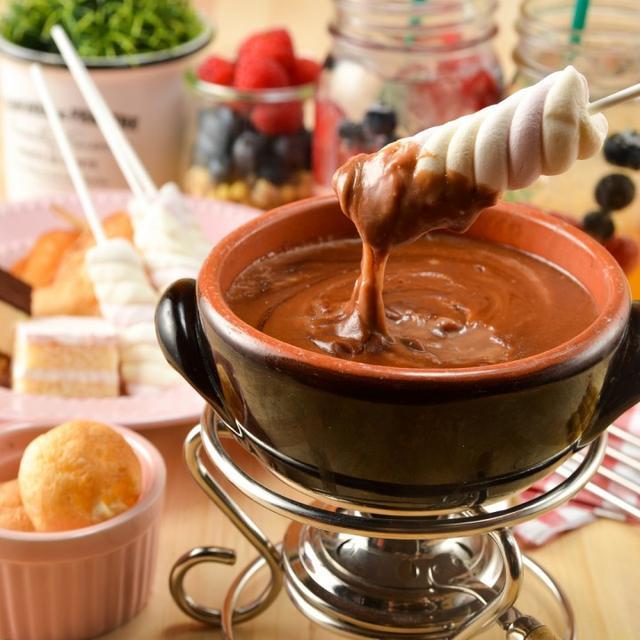 画像: 「チョコレートカスタードフォンデュ」(799円) チョコレートとカスタードをあわせた「日本チーズ・フォンデュ協会」監修のフォンデュソースを使用したスイーツフォンデュです。ケーキやシュークリーム、マシュマロなどのスイーツに甘いソースを絡めてお召し上がり下さい。こちらの商品は女性に大変好評で、リピーターの方も多くいらっしゃいます。