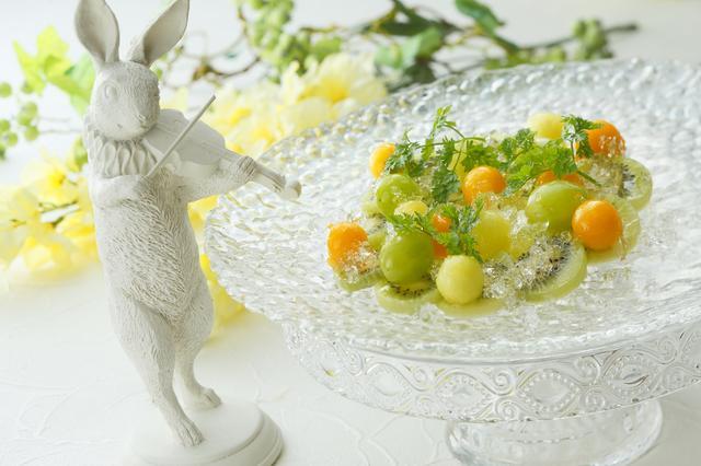 画像: アヴァンデセール「ヴェリーヌペーシュ」の中には、毎日1名様にのみ苺を忍ばせます。見事、幸運を手にされたお客様には、爽やかな緑のガーデンをイメージした、フルーツコンポート「フルーツガーデン」をサプライズでお席までお届け。マスカットやキウイ、パパイヤ等、涼やかな季節のフルーツをお愉しみいただけます。