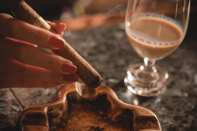 画像: オトナのデザートに!甘い香りのシガーとスイートで濃厚なお酒はいかが?