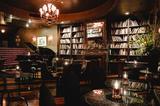 画像: <タブローズラウンジ/Tableaux Loungeのご紹介> 一度足を踏み入れると、1920年代の禁酒時代のアメリカにタイムスリップしたかのような空間に、目を奪われます。アンティークとグラマラスさが存在する内装の雰囲気は、「まるでGreat Gatsbyの世界に迷い込んだよう」と言わしめたほど。その日の気分に合わせたお酒を片手に、 甘くふけていく夜をお楽しみ下さい。