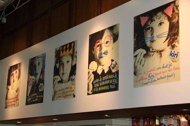 """画像: 1階のカフェスペースは照明がフランスカラーになっていたり、キリのグッズやポスターが貼られていたりですっかり""""kiri""""モード!"""