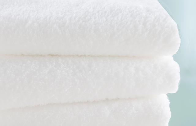 画像: 奇跡のタオルTM スーパーマシュマロ バスタオル 約70×140cm ¥6,000(税抜) スモールバスタオル約50×100cm ¥3,500(税抜) フェイスタオル 約34×85cm ¥2,000(税抜) 配色:ホワイト 素材:綿100% 高品質な超長綿の極細の撚りの無い糸を、ロングパイルと平織りを組み合わせた独自の製法(特許取得済)で織り上げました。ボリュームがあるのに驚くほど軽くやわらかで、吸水性に優れ、パイル抜けに強いのが特長です。UCHINOの2つの特許技術で作り上げた、今までに無い「奇跡のタオル」です。 ※エコテックス・スタンダード100クラスI認証 ※日本アトピー協会の推薦品