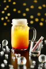 画像: 【7月限定】アークトゥルス うしかい座の1等星であり、オレンジ色に輝く赤色巨星「アークトゥルス」。和名「麦星」と呼ばれることから、ビールをベースにしたオレンジ風味のビアカクテル。小さな試験管に入った、ピンク色のストロベリーシュガーを注ぐと、愛らしい赤みをおびたオレンジ色のカクテルが完成します。