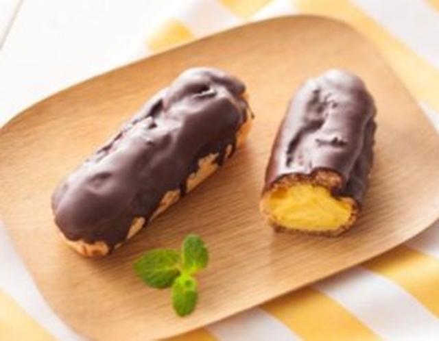 画像: 定番商品 『こだわりカスタードのエクレア』 130円(税込140円)5月2日(火)以降順次 ◆カスタードクリームには、こだわりの卵「エグロワイヤル®」を使用し、濃厚な味わいを実現しました。 ◆チョコレートは、3種類の産地のカカオを使用した風味の高いものをコーティングしました。