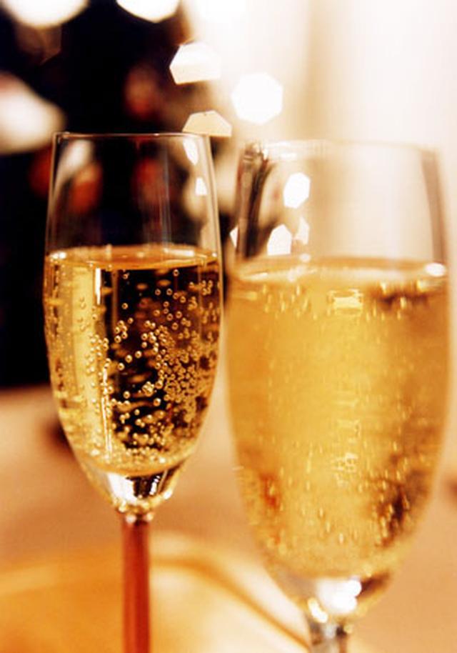 画像: トワイライト シャンパンプラン 夕暮れ時にモエ・エ・シャンドン ボトルとおつまみを楽しめるセット10,000円(税込)。平日17:00~19:30、2~3名様用プランです。※オンライン予約にて受付致します。1日4組様限定。