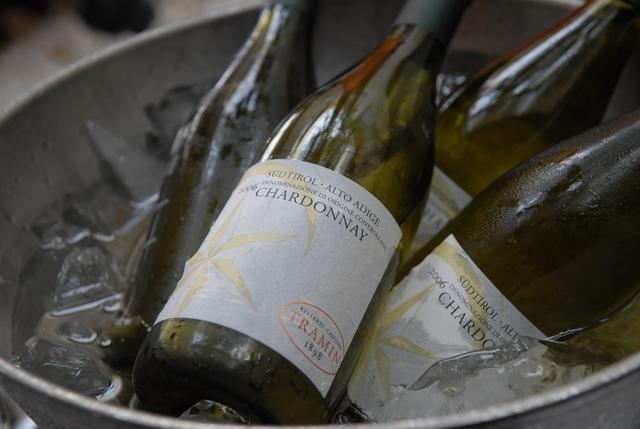 画像: ワインビュッフェブースが登場! ソムリエが厳選したボトルワインを赤・白6種類をご用意。ワインビュッフェブースからお選び頂けます。 ※フリードリンクご注文の方限定。