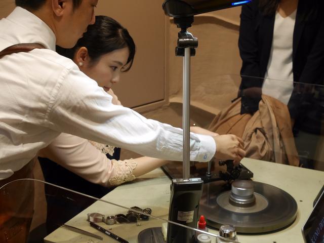 画像: ケイ・ウノの研磨職人さんが丁寧に指導してくれました