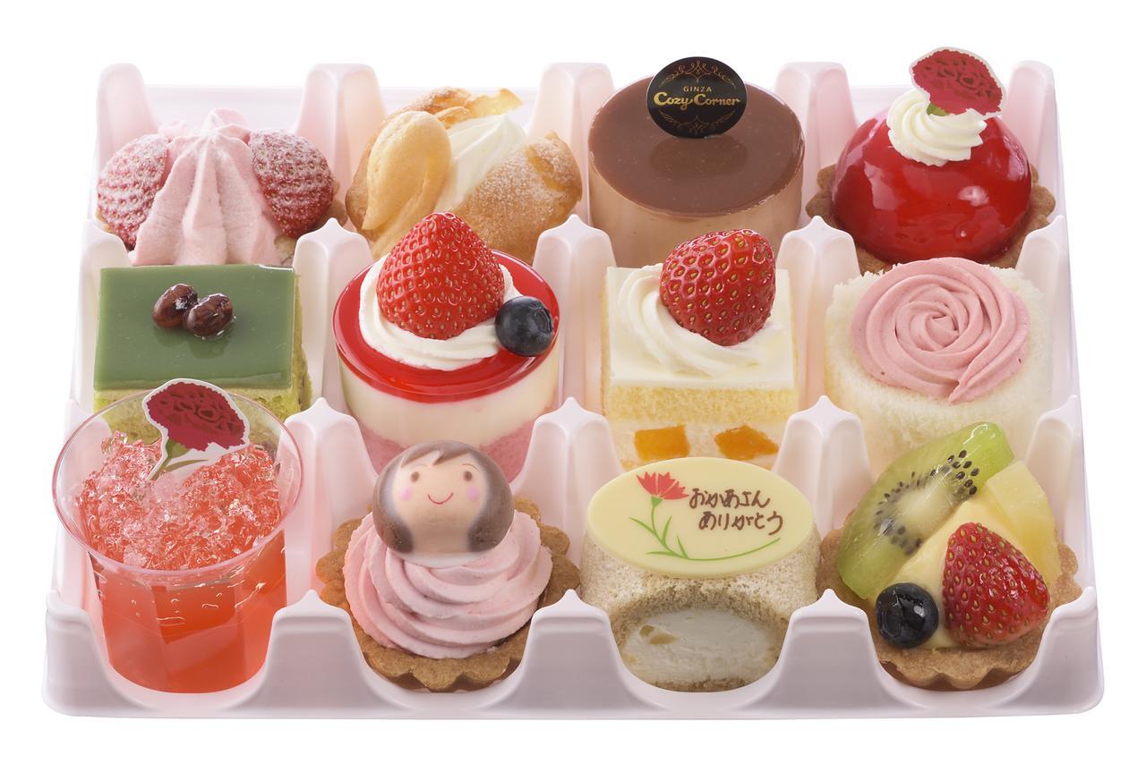 画像: 価 格: <12個入>¥2,800(税込¥3,024) <9個入>¥2,100(税込¥2,268) 販売期間: <12個入> 2017年5月12日(金)~14日(日) <9個入>2017年5月6日(土)~14日(日) 特 長: どれから食べようか迷ってしまいそうなプチケーキの詰め合わせ。ママの笑顔の砂糖菓子を飾った苺クリームのタルトやタルトローズ、ローズゼリーなど、華やかな母の日限定ケーキも入っています。