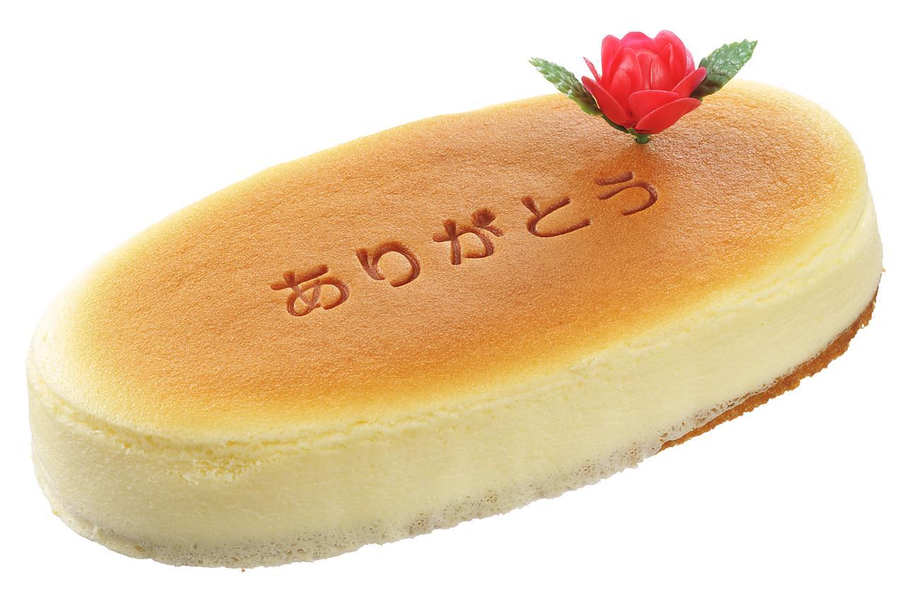 """画像: 価 格: <長さ19cm、約4人分>¥530 (税込¥572) 販売期間: 2017年5月12日(金)~14日(日) 特 長: """"しっとり、ふわシュワッ""""の食感が人気のチーズスフレに『ありがとう』の焼印を入れて、バラの花ピックを飾りました。チーズの旨みを楽しめる本格チーズスフレ"""