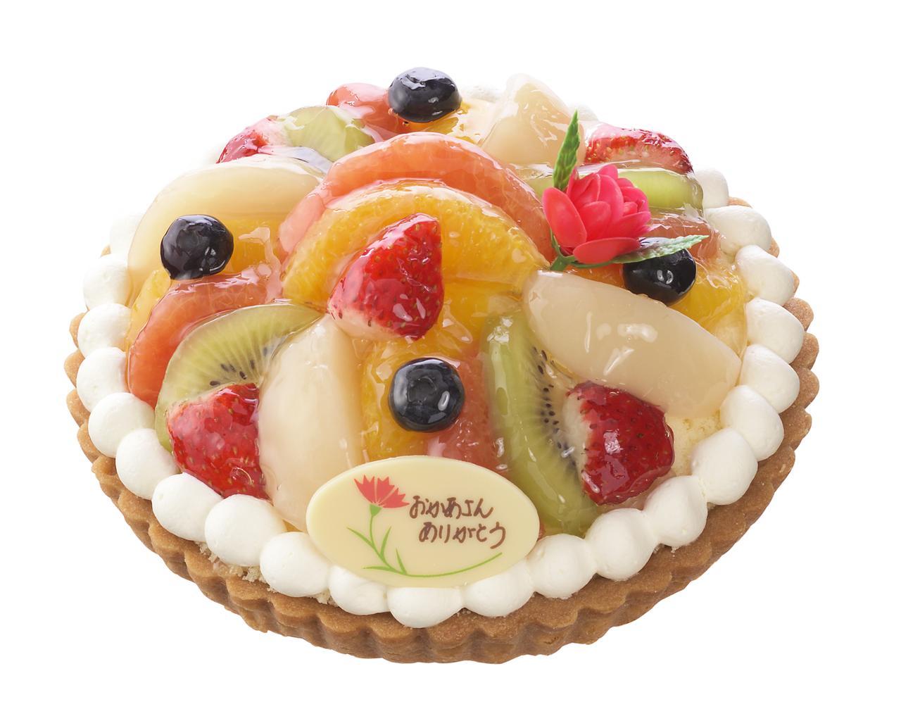 画像: 価 格: <直径15cm、5~6人分>¥2,500(税込¥2,700) 販売期間: 2017年5月12日(金)~14日(日) 特 長: 苺、キウイフルーツ、ブルーベリーなど7種のフルーツを使用した彩りゆたかなタルト。カスタードのまろやかさにフルーツの酸味がとけ合う、爽やかな味わいです。バラの花ピック付き。