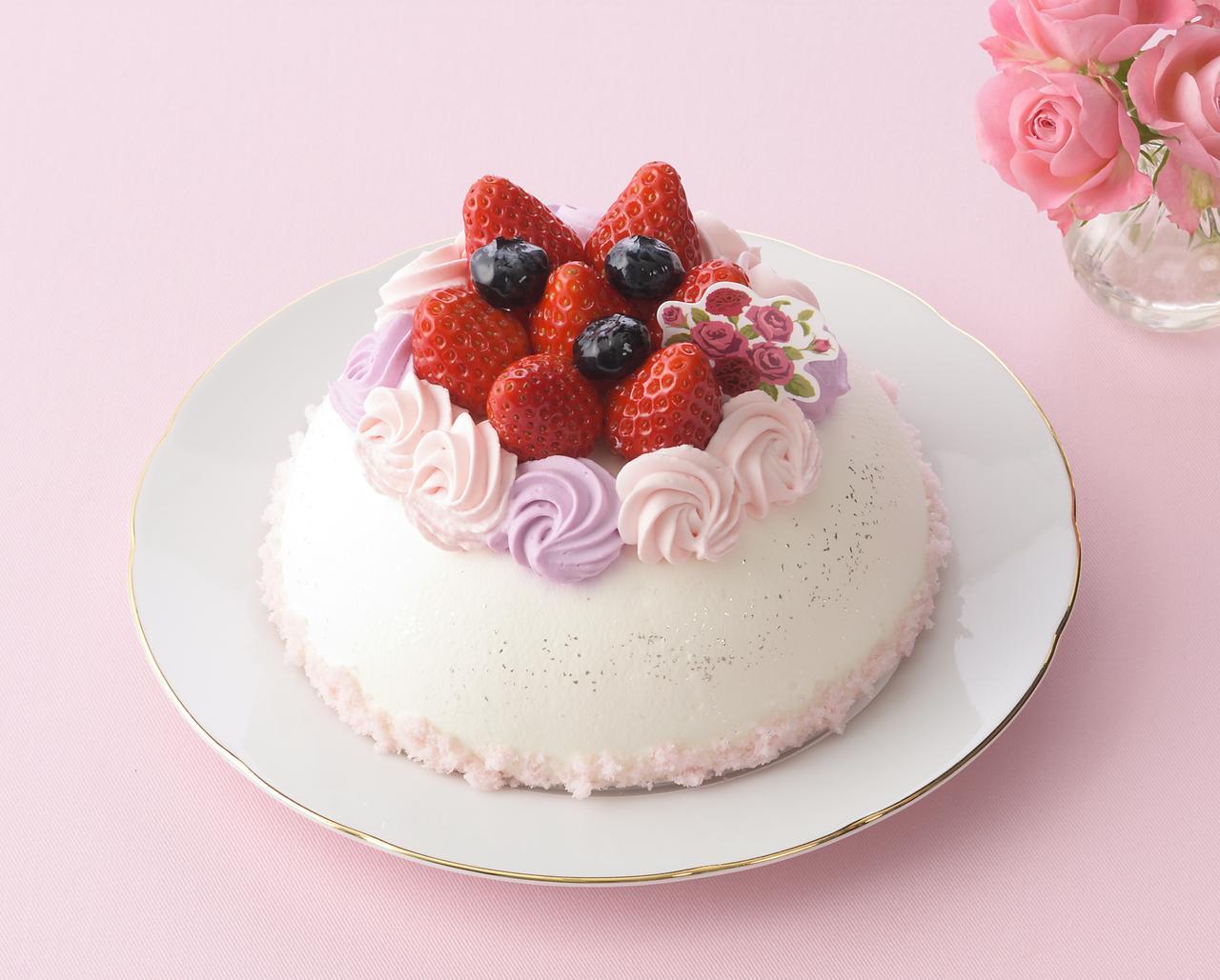 画像: 価 格: <直径15cm、5~6人分>¥2,200(税込¥2,376) 販売期間: 2017年5月12日(金)~14日(日) 特 長: 苺の甘酸っぱさに練乳クリームの甘みがアクセント。ブルーベリー風味クリームと苺クリーム、苺とブルーベリーで飾った花束のようなデコレーションケーキ。母の日ピック付き。