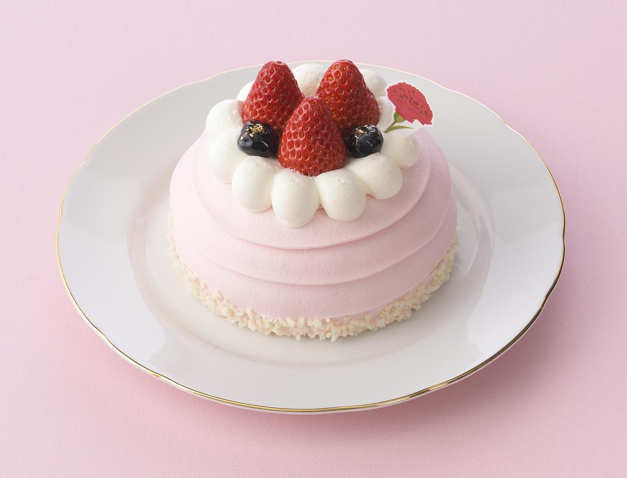 画像: 価 格: <直径10cm>¥1,380(税込¥1,490) 販売期間: 2017年5月6日(土)~14日(日) 特 長: ピンク色の苺クリームの中には、スポンジでサンドした苺果肉入りクリームと練乳クリーム。クリームと苺、ブルーベリーで飾ったかわいいお花のようなデコレーションケーキ。母の日ピック付き。