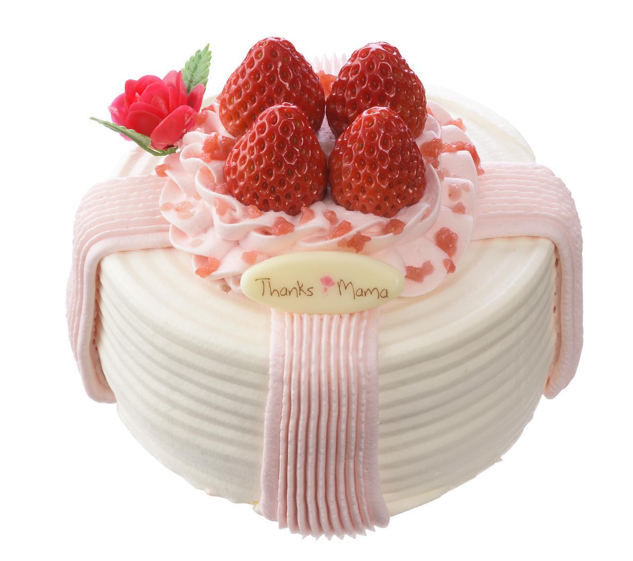 画像: 価 格: <直径12cm、3~4人分>¥2,200(税込¥2,376) 販売期間: 2017年5月12日(金)~14日(日) 特 長: ふんわりスポンジを苺&苺クリームのリボンで飾りました。黄桃とクリーム、苺クリームをサンドした、プレゼントボックスをイメージしたデコレーションケーキ。バラの花ピック付き。