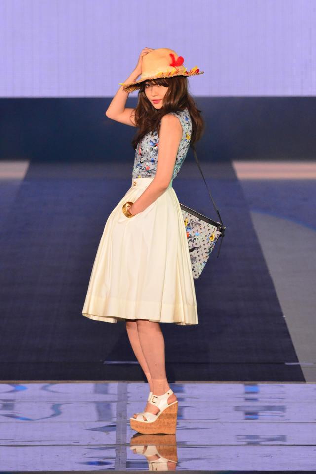 画像: 小嶋陽菜さんはAKB卒業後初のなるランウェイを披露!