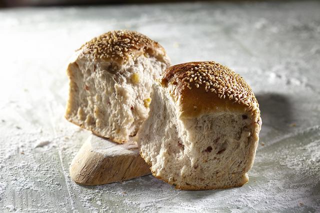 """画像: ●札幌市『お菓子のドルチェヴィータ』 """"ハルユタカ""""を中心とした厳選した北海道産ブランド小麦を使用したパンは、小麦の香りと素材の深い味わいが魅力です。スライスした渋皮栗の甘煮を白ごまといっしょに生地に練りこんだ「渋皮栗の山食パン」など人気パンを販売します。 ・渋皮栗の山食パン 390円/1個"""