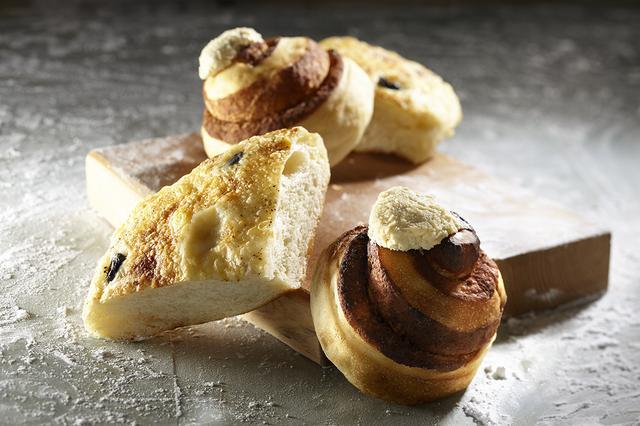 """画像: ●札幌市『自家製酵母パン研究所 tane-lab』 卵や乳製品を使わず、""""パン生地の味わいが主役""""をモットーに、手間ひまかけて作られた自家製酵母と北海道産小麦を使用。豆乳バニラクリームをトッピングし、甘さは控えめで素材の旨みが味わえる「シナモンロール」が人気です。 ・シナモンロール 380円/1個 ・オリーブフォカッチャ 360円/1個"""