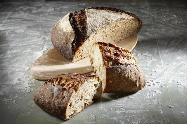 画像: ●帯広市『風土火水』 希少な十勝のオーガニック小麦と自家製酵母を使用した生地を、薪窯で焼き上げた小麦の香ばしさ漂うカンパーニュ「風土火水」をはじめ、できるだけ自然に近い素直な製法で、自然に寄り添ったやさしいパン作りをしています。 ・十勝 660円/ 1/4カット ・風土火水(柑橘)440円/ 1/2カット