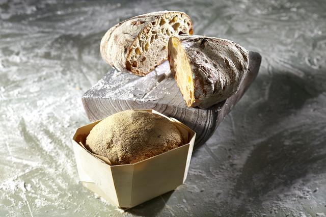 画像: ●富良野市『ブーランジェリー・ラフィ』 「富良野の大地にパンの文化を広めていきたい」をコンセプトに、ドライフルーツの甘みと香りが人気のフランスロデヴ地方の伝統的なパン「フルーツのロデヴ」など、ハードブレッドを中心に販売。じっくり長時間発酵したパン生地を、フランス製の薪窯で焼き上げ小麦の旨みを引き出しています。 ・フルーツのロデヴ 580円/1個 ・カエデ 550円/1個