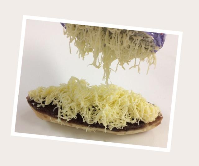 画像: ご注文の度に専用の削り器で 冷やしたバターを 削りおろして提供する 自慢のふんわり「削りバター」