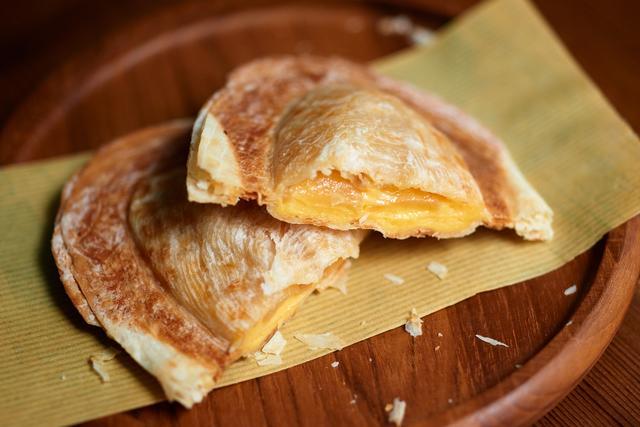 画像: オリジナルフード『Devo Pre(デボレー)』 ショップの名を冠した新感覚の焼菓子。具材はオリジナル(バターミルククリーム)、ミート、プレーンの3種をラインナップ。プレーンはグルテンフリー(小麦を使わない)なので小麦アレルギーの方でも安心して食べられます。