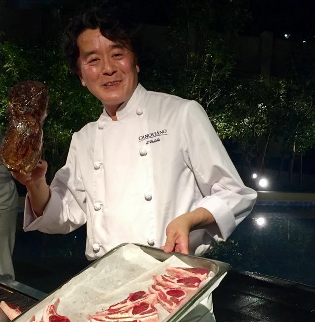 画像: 素敵な笑顔の植竹隆政シェフ。持っているのは、お肉!