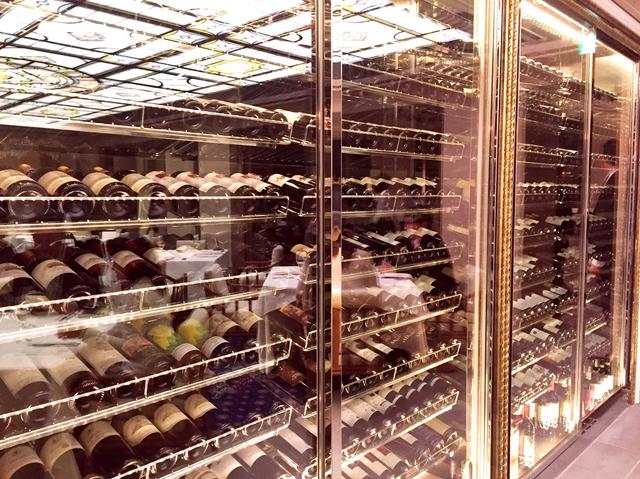 画像: 店内の壁一面に広がるワインセラー