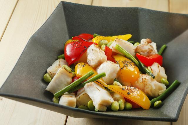 画像: オーストラリア産ワニのテールミートと彩り野菜のオリエンタルロースト