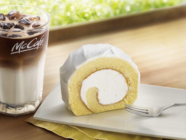 """画像: """"McCafe by Barista""""に北海道産の純生クリームを使ったスイーツ「贅沢ロールケーキ」が新登場!"""