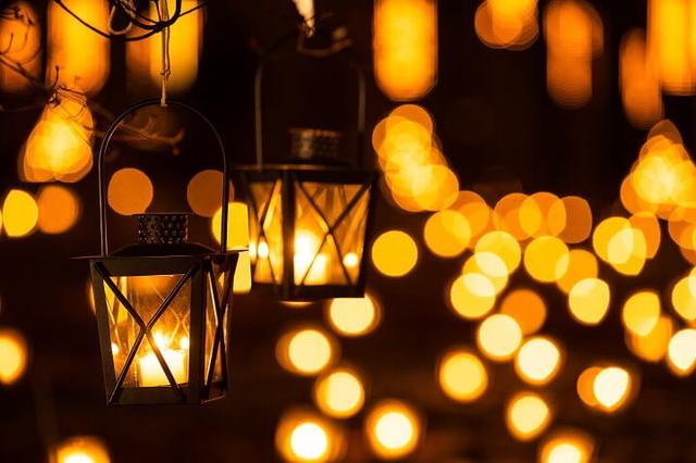 画像1: ランタンの灯りが森を照らす幻想的な時間…