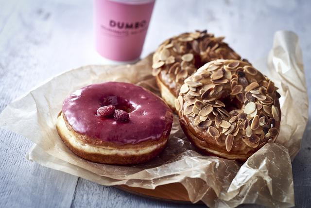 画像: フォトジェニックなこだわりのドーナツと、<アラビカ京都>から直接仕入れるオリジナルブレンドのコーヒーを。<DUMBO> 「フランボワーズ」ドーナツ 378円(日本製1個)