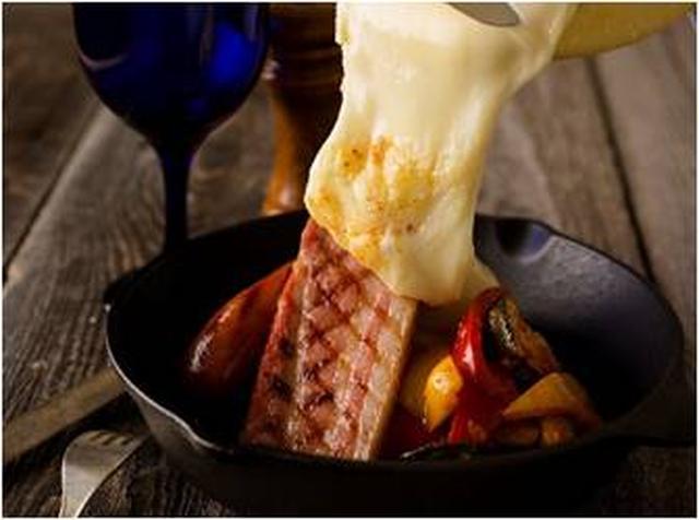 """画像: 世界各地の厳選されたチーズをオリジナルレシピで展開熟練スタッフが目の前であつあつの""""とろけ感""""を実演"""