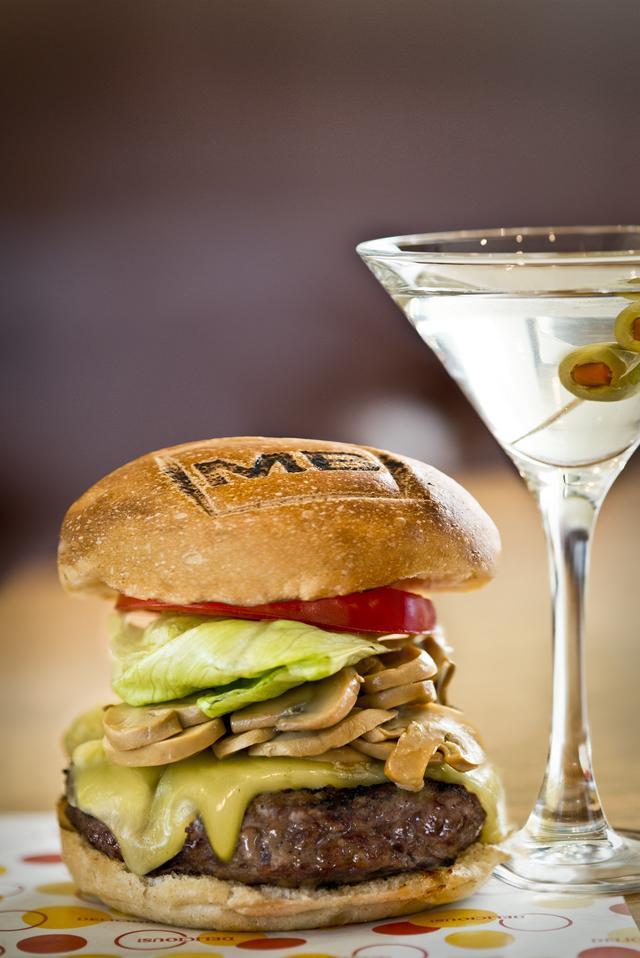 画像: 「シンプル」にこだわった100%ビーフハンバーグをマフィンでサンドしたハンバーガーが看板メニューの<マティーニバーガー>
