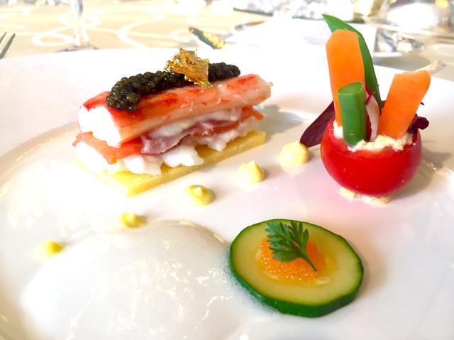 画像: ポレンタに乗せた赤座海老、サーモン、真鯛、タラバ蟹のミルフィーユ仕立て キャビア、金箔飾り 泡のように軽いシャンパンムース