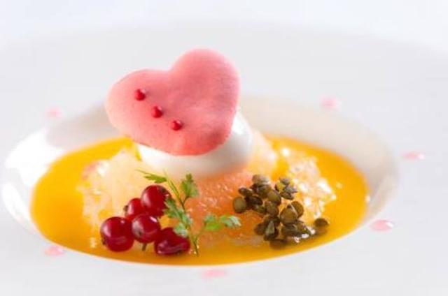 画像: フルーツのスープ ミルクアイスクリームにハートの可愛いマカロン