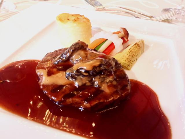 画像: 牛フィレ肉の網焼きと編笠茸のクリーム煮 ブーケに見立てた季節や最 ポルトソース