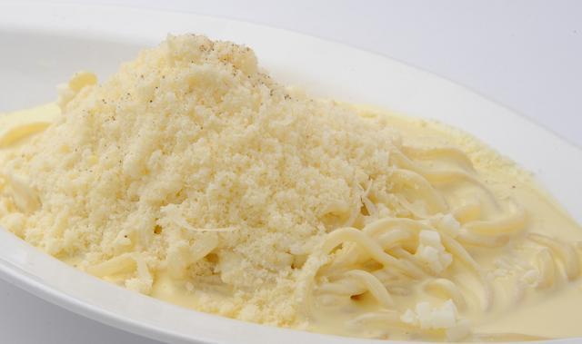 画像: 2010年10月に販売して以来、チーズ好きに愛され「10万食突破!」 一度食べたら癖になる生パスタです。濃厚でこってりとしたイメージとは打って変わって、マイルドで食べやすいのが特長です。チーズは、クワトロフォルマッジ4種が絡まって美味しさを増します。ご提供時には、3種類のチーズが山盛りになって登場、さらに4種類目のチーズを上から振りかける姿はまさに雪が降る光景です。