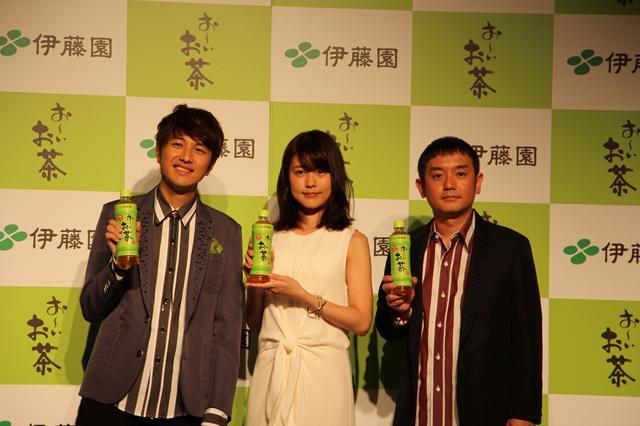 画像: 左から、北川悠仁さん(ゆず)、有村架純さん、岩沢厚治さん(ゆず)