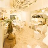 画像: ◆ハワイのビーチを再現した店内 白を基調とした明るい店内の床一面に、本物の真っ白な砂浜を作り出しました。サラサラの砂を踏みしめながら、心地よいハワイアンミュージックに耳を傾け、本格ハワイアン料理を楽しむことができます。