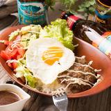 画像: ◆ロコモコ ¥1,200(税抜) お店で丹精込めて練り上げ、オーブンで仕上げた牛100%のハンバーグ。アツアツのごはんの上に、新鮮な野菜とプルプルの目玉焼きを一緒にトッピング。添えられた醤油ベースのソースは、ALEE BEACHオリジナルの味です。