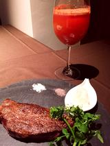 画像: レッドのスムージーと、牧草牛グラスフェッドのプレミアムサーロイン