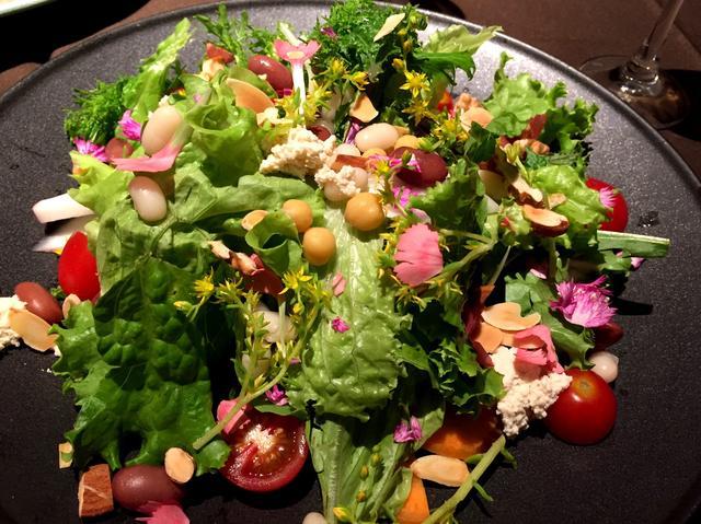 画像: 山梨県カルタファームより季節野菜のパワーサラダ ドレッシングももちろん自家製です