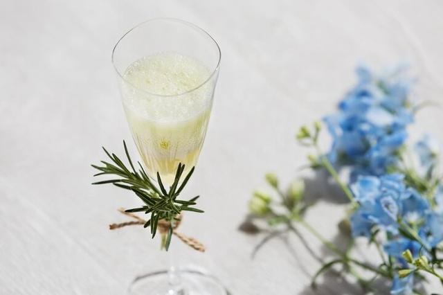 画像: <1品目:淡い思い出> メロンのクリーム&ソーダの飲むパルフェ「淡い思い出」。ローズマリーを飾ったスマートなグラスに、マイヤーレモンのジュレ、エルダーフラワーのアイス、メロン果汁を加えた微炭酸ソーダが三層に重なり、軽く混ぜて飲むと、暑い夏にぴったりな爽やかな味が広がります。