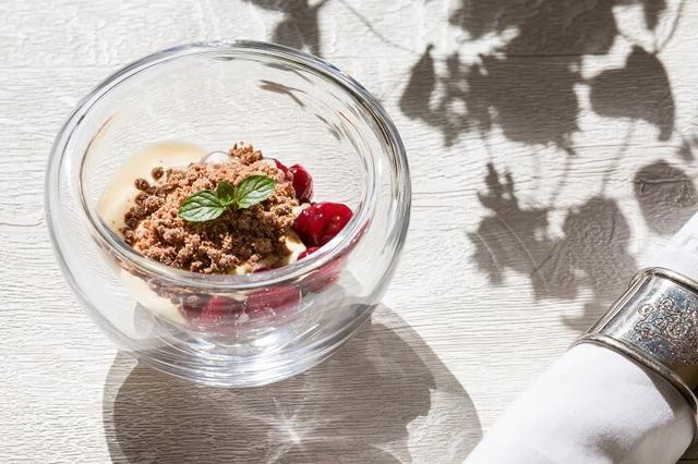 画像: <4品目:夏の森> フランス伝統菓子フォレ・ノワールをアレンジした温かいパルフェ。ガトーショコラにあわせた、シャルトリューズ(リキュールの一種)を使ったサバイヨンソースと、ほのかな酸味のサワーチェリーのコンポートが好相性です。冷たいスイーツコースのラストを温かさで飾るサプライズも味わいの一つです。