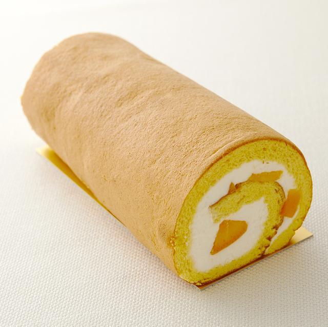 画像: <夏の人気商品> 「マンゴーロールケーキ」 ホールケーキ ¥2,160(¥2,000)/カットケーキ ¥540(¥500) しっとりふわふわなスポンジが好評の当ホテルのロールケーキ。夏のフルーツとして人気の高いマンゴーをカットして、はちみつ入りの甘さ控えめな生クリームで包みました。