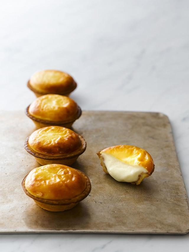 画像: 焼きたてチーズタルト 《1 個 ¥216(税込) / 6 個 ¥1,242(税込)》 北海道のこだわりの原材料をふんだんに使い、チーズムースのフワッととろける口どけ と、手間ひまをかけて 2 度焼きしたサクサク食感のタルト生地のチーズタルト。