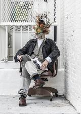 画像: 川本諭(かわもとさとし)プロフィール GREEN FINGERS 代表 / プラントアーティスト グリーンがもつ本来の自然美と経年変化を魅せる、独自のスタイリングを提唱するプラントアーティストとして活動。 自身のディレクションする植物を中心としたライフスタイルショップを東京、NYなどに7店舗展開するほか、インスタレーションや空間スタイリング、商品デザインなど 植物のみにとどまらず、幅広いジャンルのディレクターとしての活動も行う。グリーンと人との関わり方をより豊かに、身近に感じてもらえる新しいフィールドを開拓している。