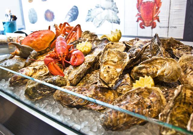 画像: フィッシュマーケットさながらの牡蠣やロブスターなどを所狭しとのせたアイスベッドがライブ感を演出