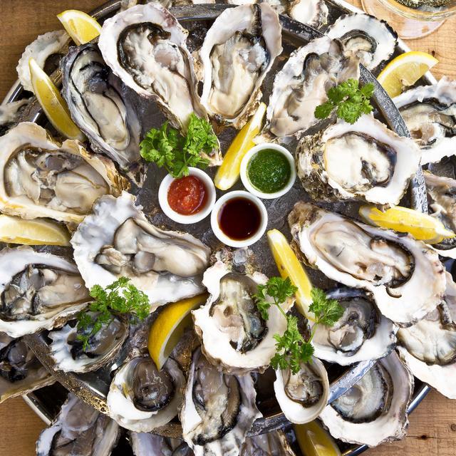 画像: 生牡蠣は常時15種類以上!看板メニューのオイスタープラッターは圧巻